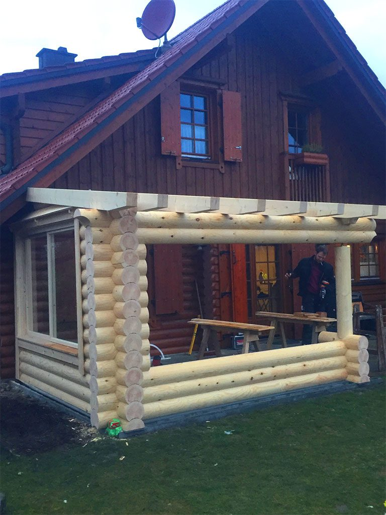Holzhaus mit Terassenanbau