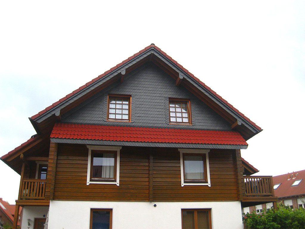 Holzhaus mit Schieferbekleidung