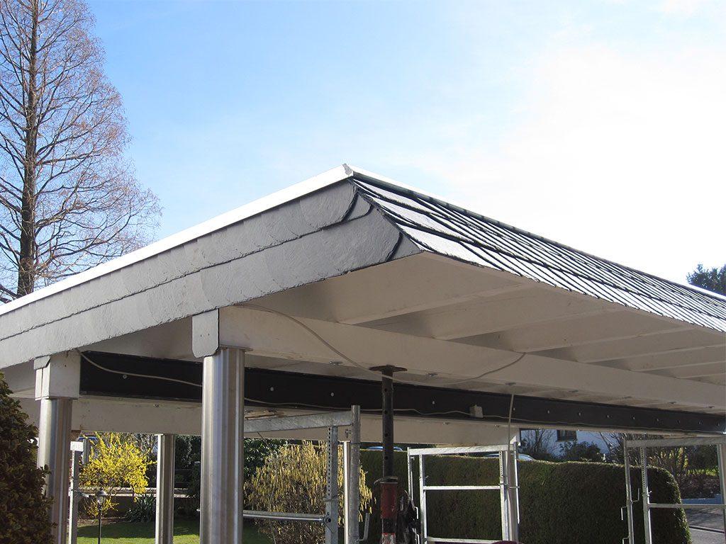 Carport mit Edelstahlstützen und Dachkante aus Schiefer