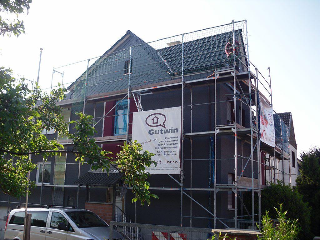 Einfamilienhaus eingerüstet für neue Bedachung