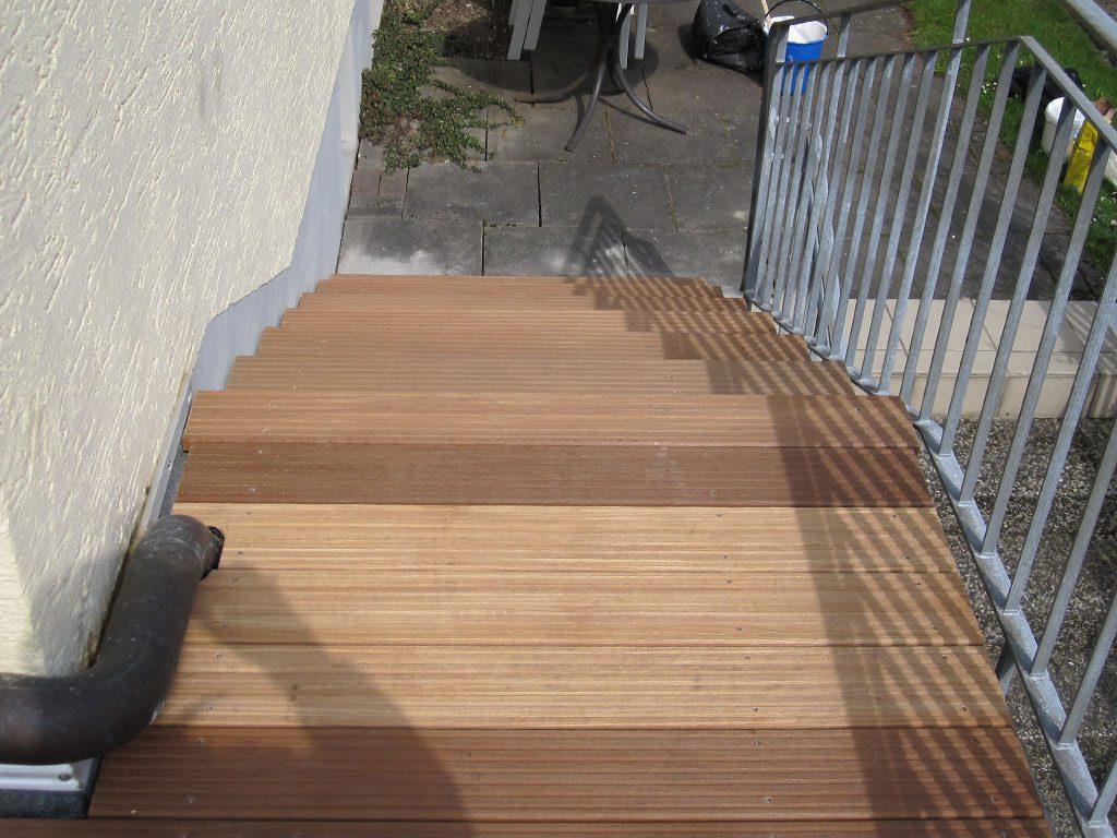 Balkontreppe aus Holz und Stahl