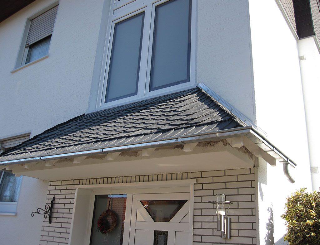 Hausvordach mit Schiefer-Eindeckung