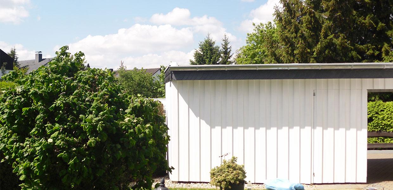 Carport mit Wandverkleidung aus Holz
